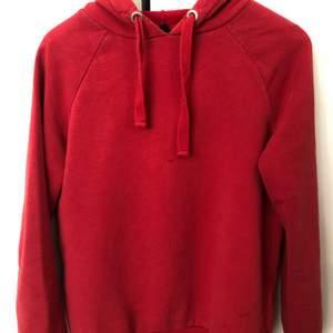 Basic röd hoodie i storlek XS men passar S, är från Gina Tricot, jätteskön