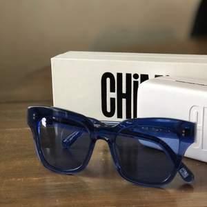 Chimi eyewear i modellen 005, genomskinlig glas och i färgen blå. Super fint skick. Knappt använda. Kartong, fodral, tygpåse och duk medföljer i köpet.  Frågor? Hör gärna av er:). BUD FRÅN 350kr