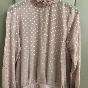 gammaldags rosa blus med guldprickar från Saint Tropez, hög hals storlek M helt ny med prislappen kvar