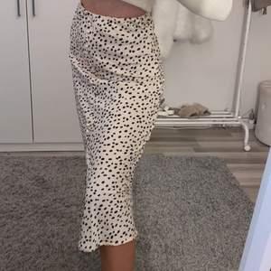 Längre kjol från GinaTricot som jag köpte för ca 1 månad sen, säljer då jag har liknande!! Lappar sitter kvar och den är köpt för 399kr, endast testad 🤍 Storlek 32 men skulle säga att den passar på en 34 också då den har resår i midjan. Kjolen har även en slits framtill (se bild 2) 💕 Köparen står för frakten!