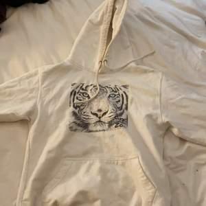 Vit hoodie från Off Zoo strl XS, köparen står för ev frakt 💖