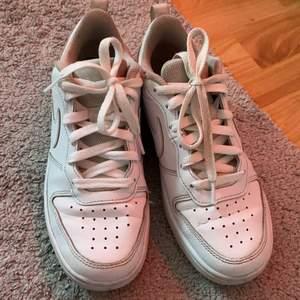 Dessa vita nikeskor passar perfekt nu till sommaren. Inte haft så länge men ändå välanvända. Liknar Nike air force väldigt mycket. Säljer pga att de är för små💓💓