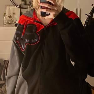 En zip-hoodie med cross märket fox i grå, svart och röd❤️