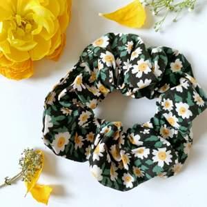 Daisy scrunchie i nyskick, oanvända, 50kr inklusive frakt ❤️