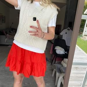 Röd kjol från Lindex, knappt använd ❤️