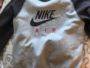 Nike collegetröja i strl M💕🤍💕💕Passar S och M samt både tjejer och killar!