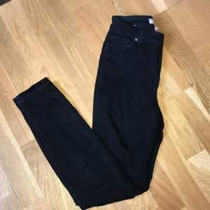 Svarta skinny jeans från H&M. Köpt för nåra månader sen och är drf frtfr i nytt skick! Jeansen har lite stretch i sig och passar S/XS!  Är 157 cm och jeansen är lite över fotknöllen, bär sj S o dom är väldigt tajta på mig så rekommenderar till helst XS-XXS