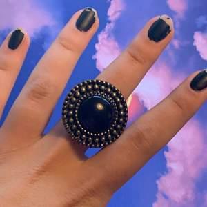 """stor svart ring. Den är """"stretchbar"""" :) Frakten är 11kr"""