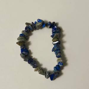 jättecoolt armband med blåa/gråa stenar