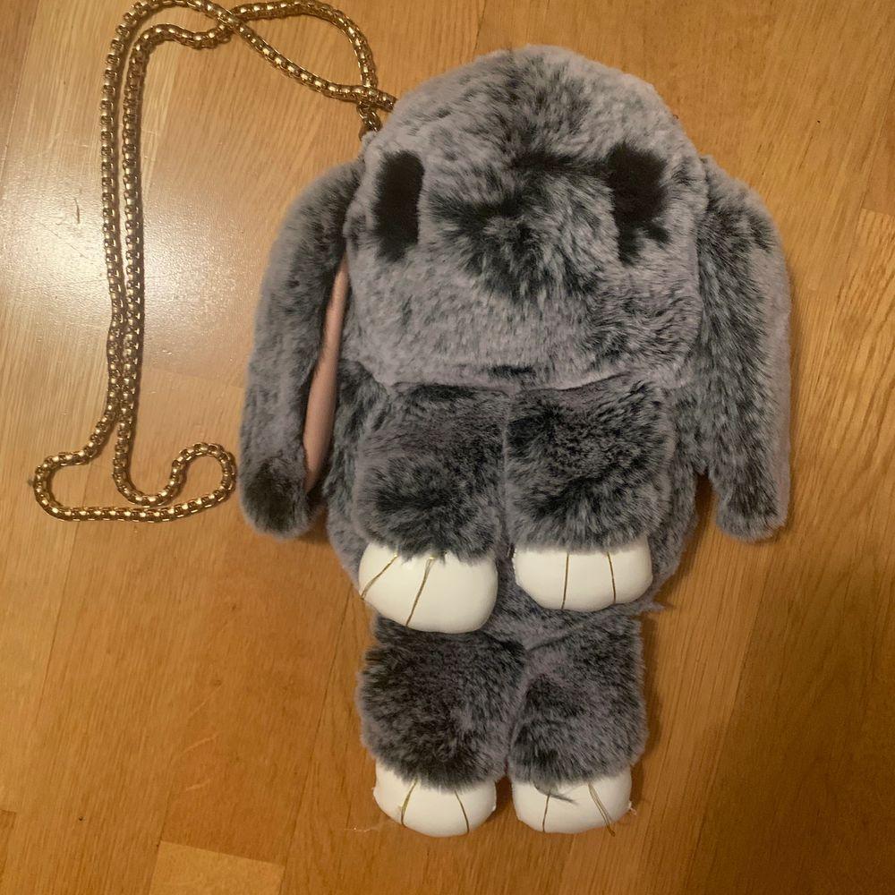 Jätte fin liten väska. Föreställande en grå kanin. Grumlig kjeda. Guldiga trådar på tassarna som sitter lite löst. Men annars hur fin som helst och otroligt mjuk! ✨. Väskor.