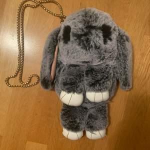 Jätte fin liten väska. Föreställande en grå kanin. Grumlig kjeda. Guldiga trådar på tassarna som sitter lite löst. Men annars hur fin som helst och otroligt mjuk! ✨