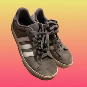 Plagg: Skor  ┅ ◊ ┅  Färg: Grå ┅ ◊ ┅  Storlek: 37  ┅ ◊ ┅  Märke: Adidas  ┅ ◊ ┅  Övrigt: Innersula saknas!