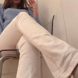 Vita bootcutjeans, sitter väldigt fint på kroppen. Fin vit färg. Använd fåtal gånger!