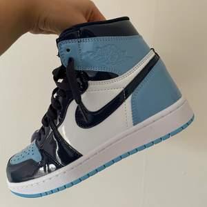Oanvända Jordan 1 high i färgen blue chill strl 37,5.