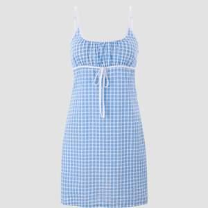 Blå rutig klänning från Cider. Köpt för en månad sen men den är tyvärr för liten för mig. Säljer här istället för att skicka tillbaka. Aldrig använd och lappen sitter kvar. Köpt för 26 amerikanska dollar + fraktavgift. Frakt tillkommer.
