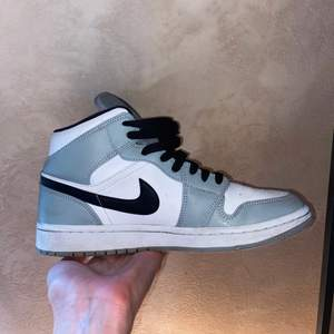 Air Jordan mid smoke grey. Knappt använda och i jättefint skick. Nästan inga creases alls. Nypris är runt 4500-5000 för denna storlek! Har äkthetsbevis.