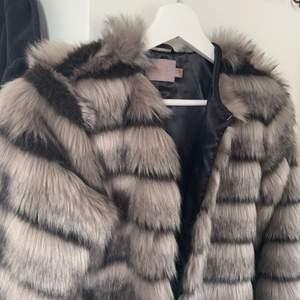Fluffig jacka eller kofta som är super skön. I mycket bra skick och knappt använd😁😁