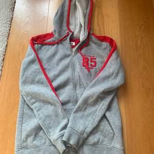 Säljer denna sjukt sköna hoodien från Tommy hilfiger då jag har tillräckligt med hoodies. Skriv gärna priv om fler bilder eller frågor. Frakten tillkommer😊