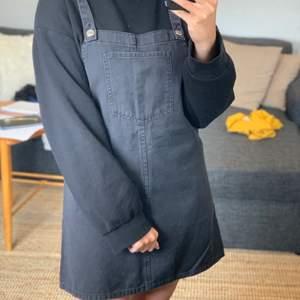 Cool klänning i jeans! Hör av dig vid frågor och kolla gärna in mina andra plagg för paketpris!🌞