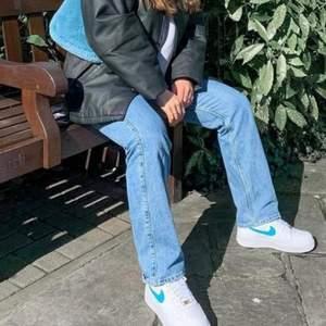 Säljer nu dessa populära rowe jeans ifrån weekday😄😄 tyvärr har jag ingen bild på mig själv med dem då de har blivit försmå...😄 hann använda 2 gånger! De krypte i tvätten så de passar en 23/30 ! Jag är 160cm lång och byxorna är uppsydda så de passar det! Hör av er vid frågor💕SOM NYA! Frakt tilläggs 66kr