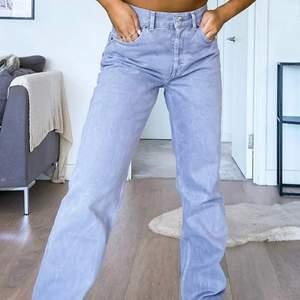 Lågmidjade skit snygga jeans. Färgen kommer inte riktigt fram, dom är mer lila/mörk grå i verkligheten! Skit snygg passform, gjort en slits längst ner så de blir skitsnyggt över skon! Storlek 26/32, passar mig bra i längd som är 165❤️
