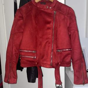 Ursnygg röd jacka! Är endast testad. Jackan är från Zara och står ingen storlek. Men skulle säga att det är en stor M.