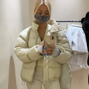 Säljer denna superfina och varma nakd jackan. Perfekt nu till höst/vintern. Säljer pga den tyvärr inte kommit till så stor användning, bra skick. Storlek 34. Skriv vid intresse eller frågor. (Första bilden lånad från Alexandra Tsolakidis).