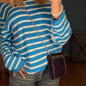 Säljer denna blå och vit randiga tröja. Aldrig använd och den har inga defekter. Från Åhléns men säljs ej längre. Storlek skulle jag säga S-M. Kom privat för mer info 💕