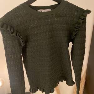 Mörkgrön tröja från Zara, såå snygg! Köpt här på Plick men har tyvärr aldrig används, köparen står för frakten 💕💕 HÖGSTA BUD: 380kr + frakt 💕
