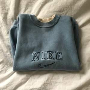 Jättefin Nike sweatshirt i bästa färgen!!💕😄🤩BARN STORLEK!! Denna är väldigt liten, skulle säga att den passar xxs-xs! Jag har aldrig använt då den är för liten för mig, frakt tillkommer