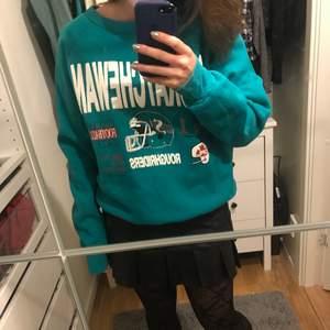 Snygg retro sweatshirt med tryck på, köpt på beyond retro. Den är mer grönaktig än på bilderna. Vet inte riktigt storleken men passar mellan xs-m beroende på hur man vill att den ska sitta