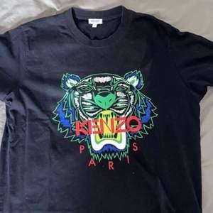 En oanvänd svart kenzo T-shirt i storlek M med ett stort tiger tryck. Ny pris: 1100kr