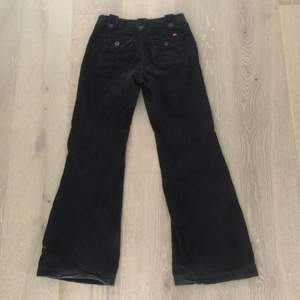 assnygga manschester byxor, midjemått (mätt rakt över) 39cm, innerbensmått 84 cm , är 170cm ish och dom hänger ner till fötterna, lite högmidjade