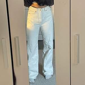Vita assnygga jeans som tyvärr är lite stora på mig, köparen står för frakt💕💕