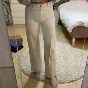 Monki jeans i storlek 26. Sitter såhär på mig som är 169cm. Skriv för mer bilder eller om du har frågor:)