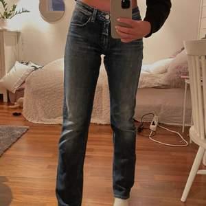 Säljer dessa snygga low waisted jeans från Acne i strl 30/32. Är vanligtvis 25 elr 26 / 32  så därför är dom förstora i midjan på mig men bra i längden. Jag är ca 1.67. Köptes second hand men är i jättebra skick och har inte vart använda sen jag köpte dom✨ Om ni har frågor elr vill ha mer bilder på dom skriv en kommentar elr skicka privat💙