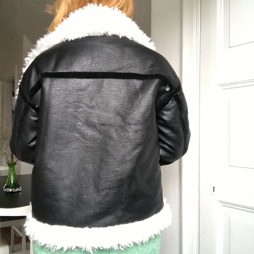 Helt ny, aldrig använd!! En superfin jacka men tyvärr inte riktigt min stil. Storlek M, men jag tror att den även skulle passa S! Jackan har slutats säljas och är därför svår att få tag på. Köpt för ca 900 kr! Taggen finns kvar!!!⚡️ . Jackor.