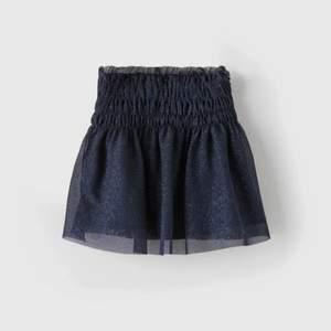 Super söt glittrig mörkblå kjol från zara!❤️ perfekt till hösten med strumpbyxor! storlek 11-12 men sitter bra på mig som är XS-S. Ifall många är intresserade så startar jag budgivning 💕 köpare står för frakt. Högsta bud 370!❤️