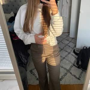 Säljer mina rutiga byxor från zara. Skit snygga och enkla att styla. Men används inte då de blivit för stora. Kan mötas up i lund och Malmö. Men står ej för frakt.