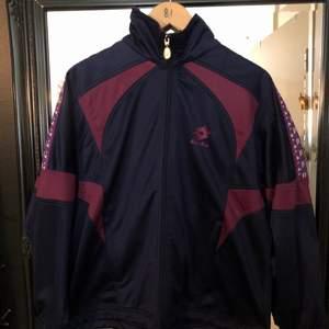 Säljer nu min mörkblåa/lila lotte koftan/track jacketen för att den inte kommer till använding längre! Pris kan diskuteras och kan göra paketpris om ni köper andra kläder! Perfekt nu till hösten!