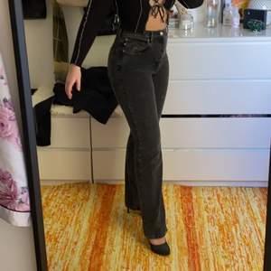 Sjukt snygga stentvättade jeans köpta från monki, jätte långa i benen vilket jag älskar och sitter som en smäck på rumpan och i midjan.