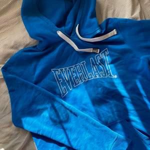 Säljer nu denna hoodien från Everlast!💕🐻 Varm och mysig nu till hösten. Storlek XL. Sitter snyggt oversized på S/M/L. ENDAST SERIÖSA BUD🧚♀️