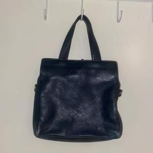 Elegant Handväska från nine west med tre fack, passar jättebra till en snygg klänning 🦋 frakt tillkommer 💕