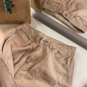Helt nya beiga utsvängda jeans, aldrig använda. Strl m passar längre personer också! I VERKLIGHETEN ÄR DET MYCKET FINARE LJUS BEIGE FÄRG