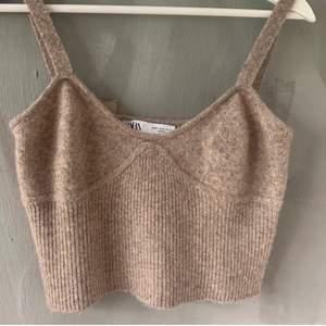 Köp direkt för 150 kr, (Lånad bild) stickat linne i S från Zara, lite nopprigt annars fint skick!