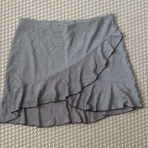 en svart-vit randig kjol från HM med volanger fram, säljer då den tyvärr är för stor i midjan för mig. köparen står för frakten🦋