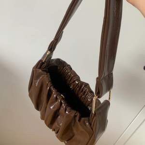 En brun väska som jag köpt ifrån zalando. Super fin men inte min stil. Köparen står för frakt.