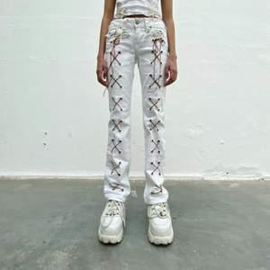True Religion secondhand-jeans med brun snörning. Designade av Ezzie i samarbete med Ebba Martin. (Shipping only within Sweden)