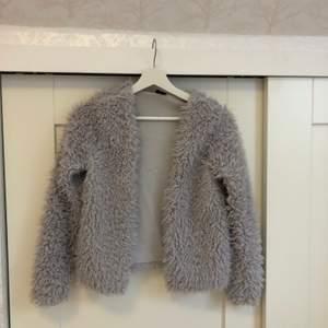Grå pälsjacka från Gina tricot. Använd max 4 gånger.