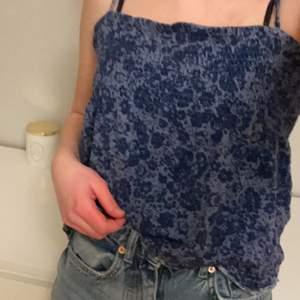 Jättefint linne i storlek 150! Skulle säga att det är ganska stor och passar mig som är xs/s. Använder det inte längre och väljer därför att sälja de